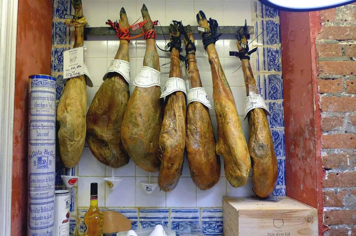 Les jambons au Restaurant Bellota Bellota Paris 6ème, métro Mabillon