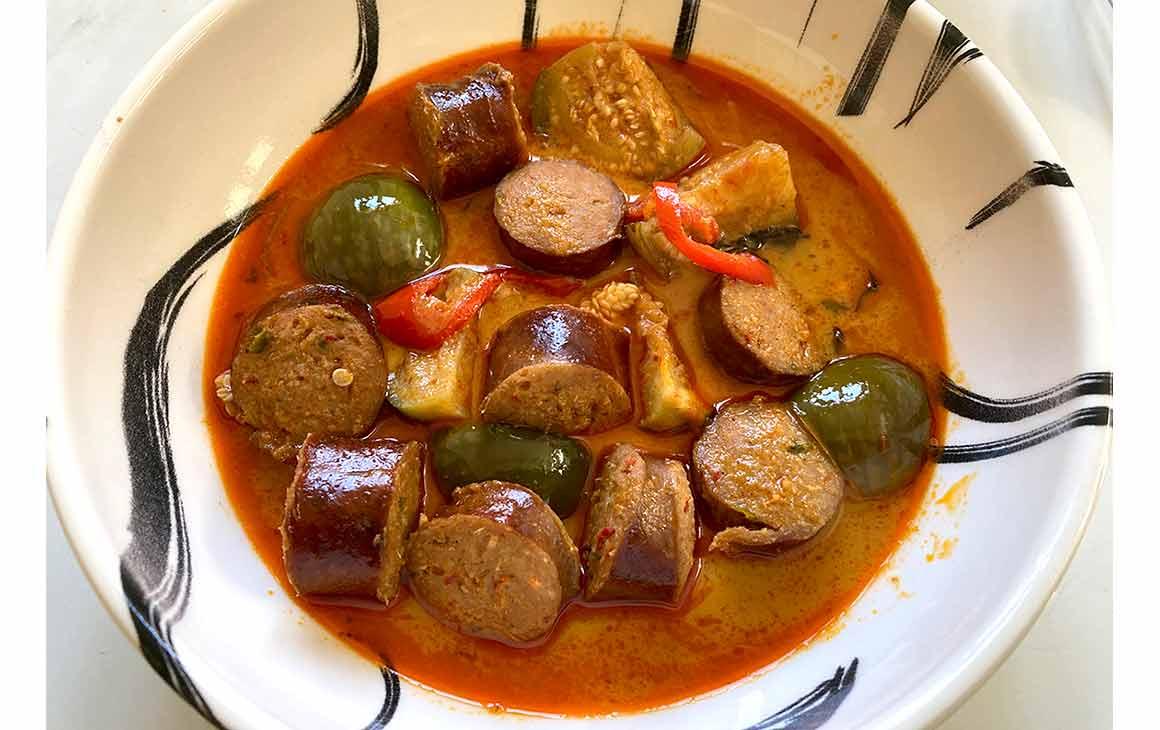 Street BKK Pigalle plat de saucisse et aubergines thaï