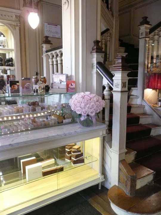 Restaurant Angelina, L'entrée et son comptoir pour les macarons