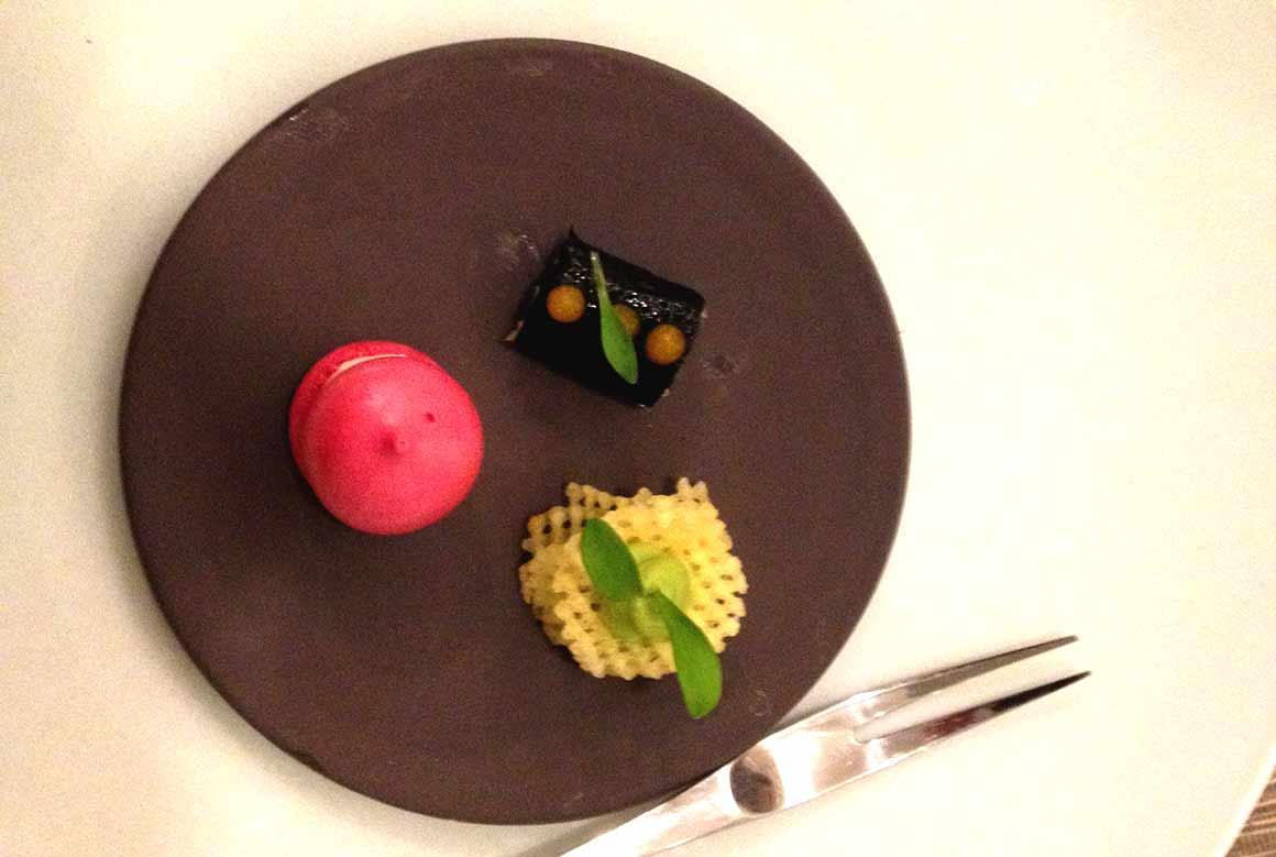 Restaurant Anthocyane : Macarons de betterave saumon fumé