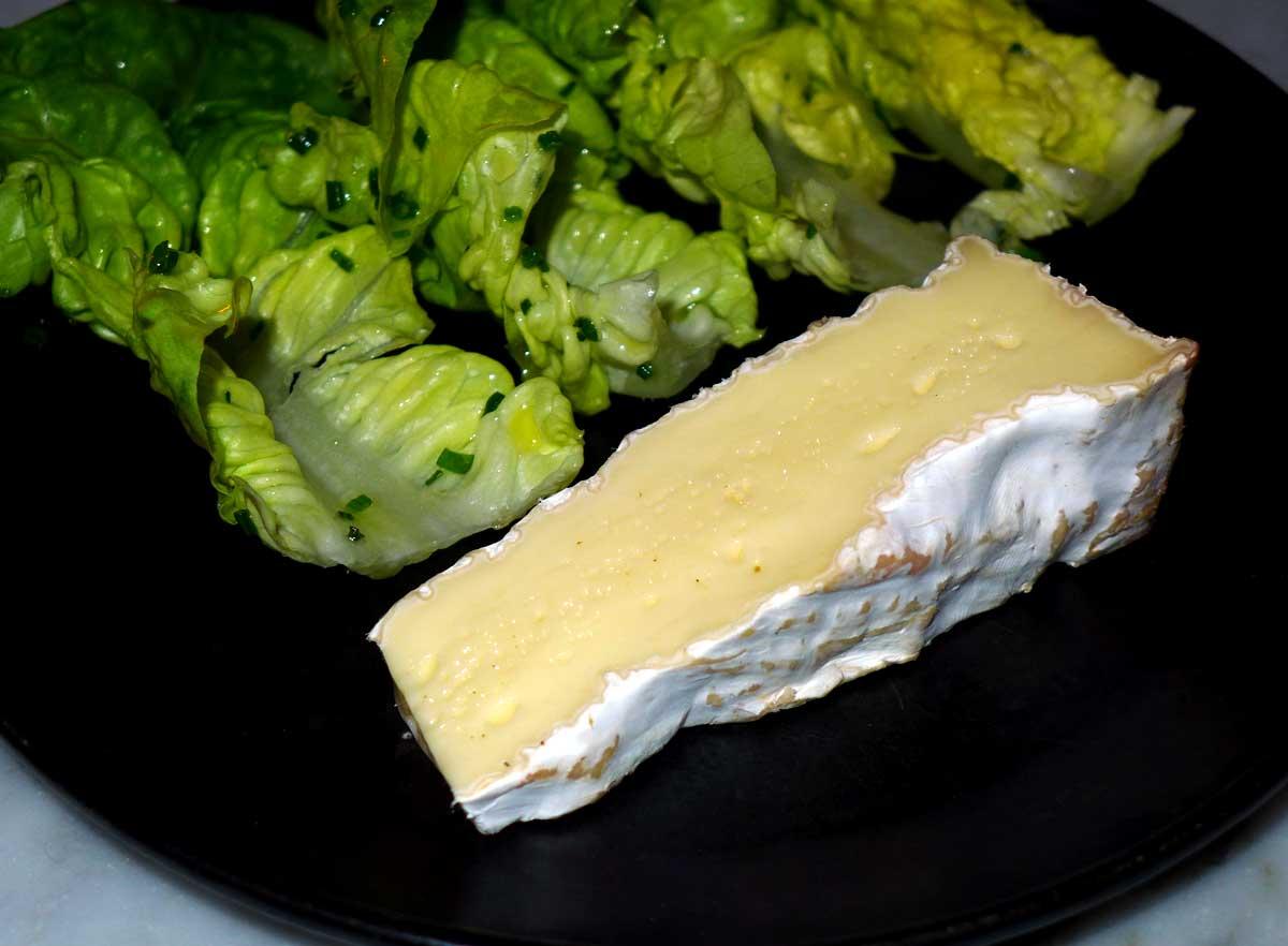Bistrot AUX PRES : Brie de Meaux et salade verte