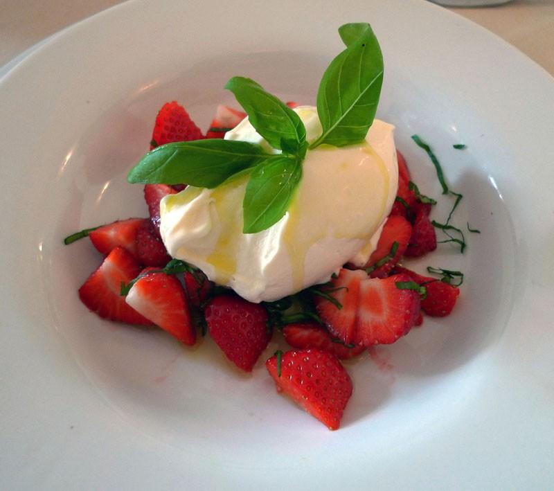 Restaurant Bernard du 15, Les fraises au basilic et huile d'olive avec une glace au fromage blanc