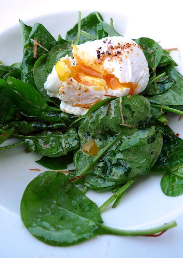Café des Concerts, La salade de pousse d'épinards et oeuf mollet avec petits croutons