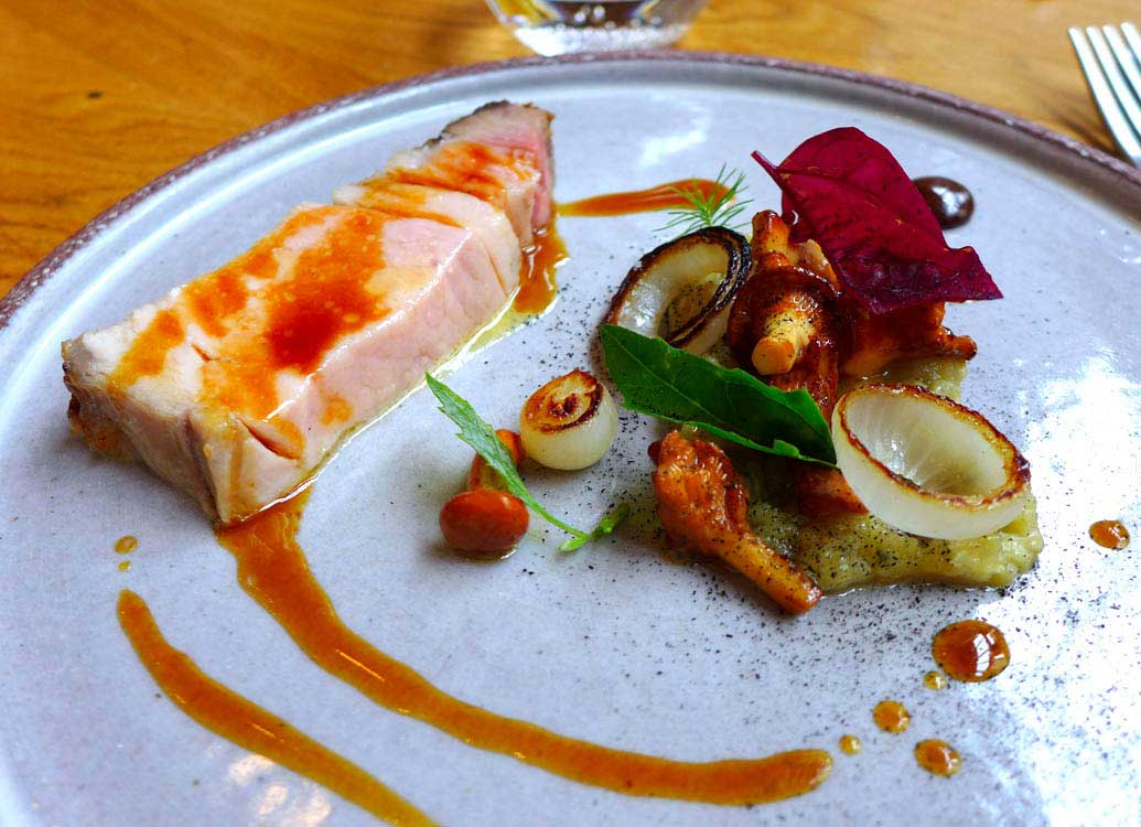 Restaurant David Toutain, cochon Aubergine Girolles Chocolat.