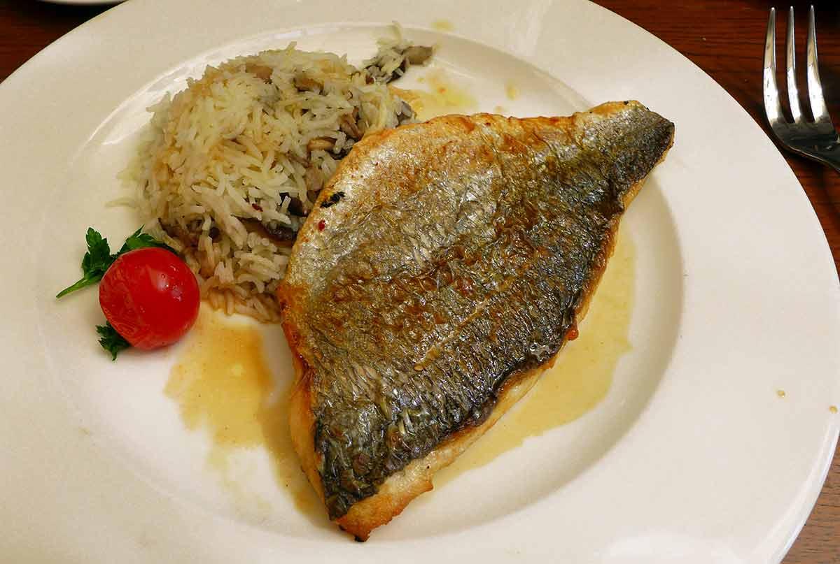 LA VILLA FOCH : Filet de daurade snacké et riz pilaf aux senteurs des bois