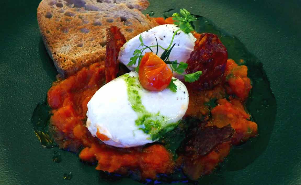 Restaurant MOM, Œufs pochés avec concassé de tomates et chorizo