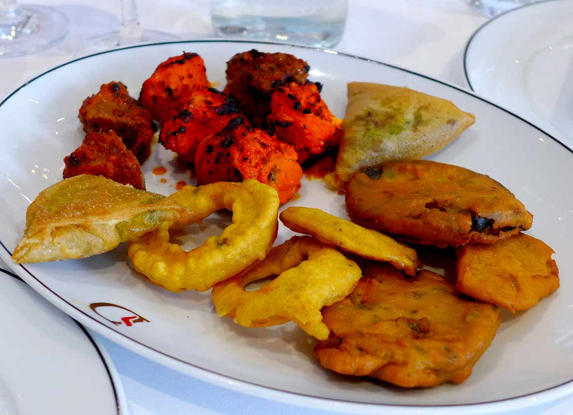 Restaurant Diwali: Assortiment d'entrées dans l'assiette indienne