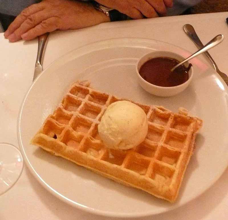 Restaurant Les Petites Sorcières, La vraie gaufre de Bruxelles et sa glace vanille