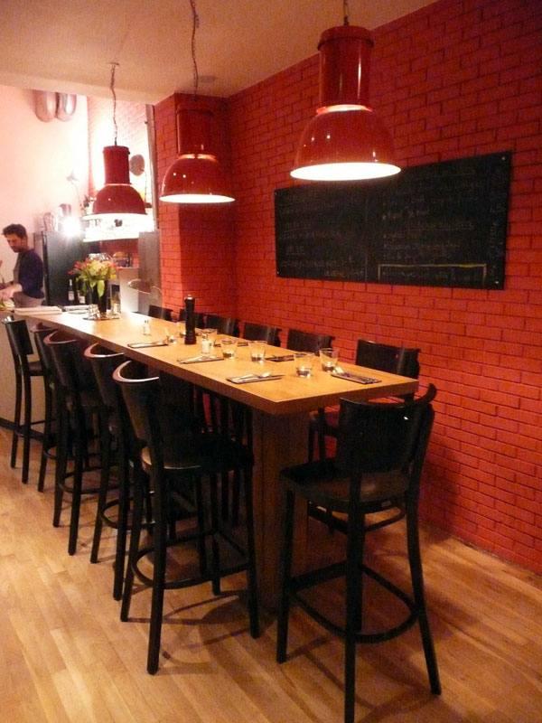 Table d'hôte et mur coloré