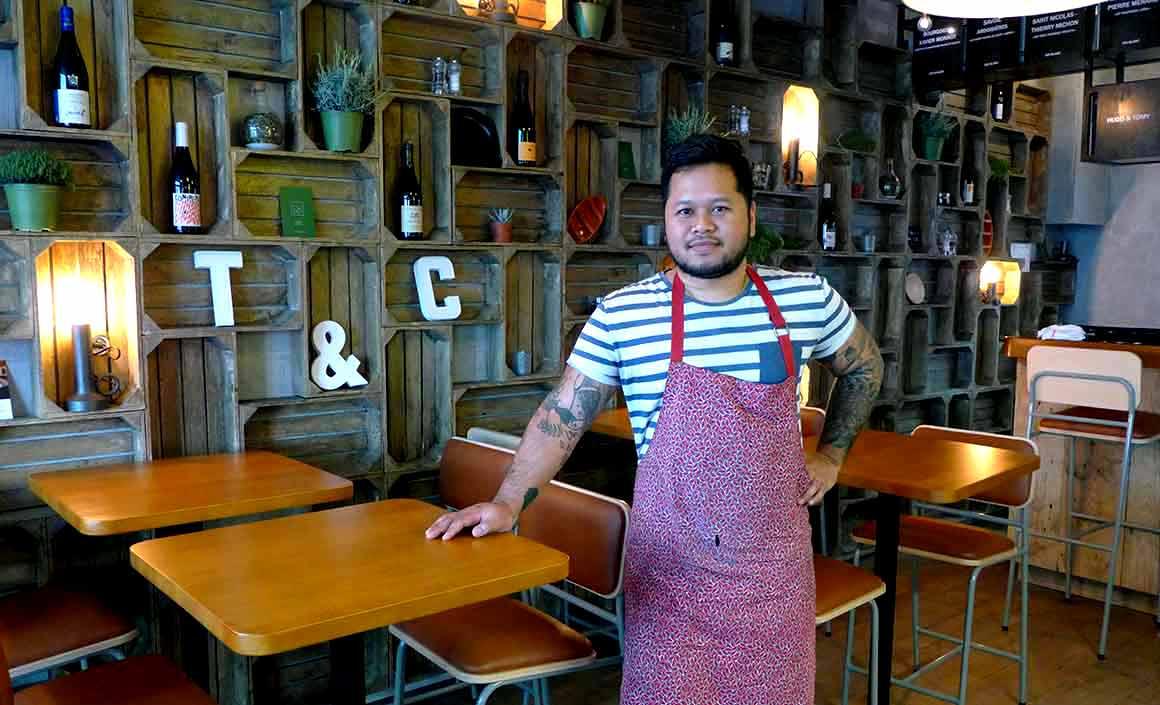 Tomy Gousset dans son restaurant
