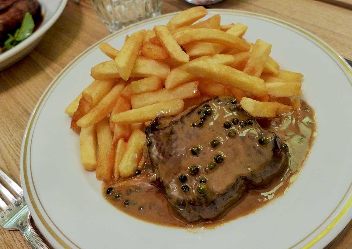 Restaurant LA BOURSE ET LA VIE, steak frites et salade vinaigrette aux anchois