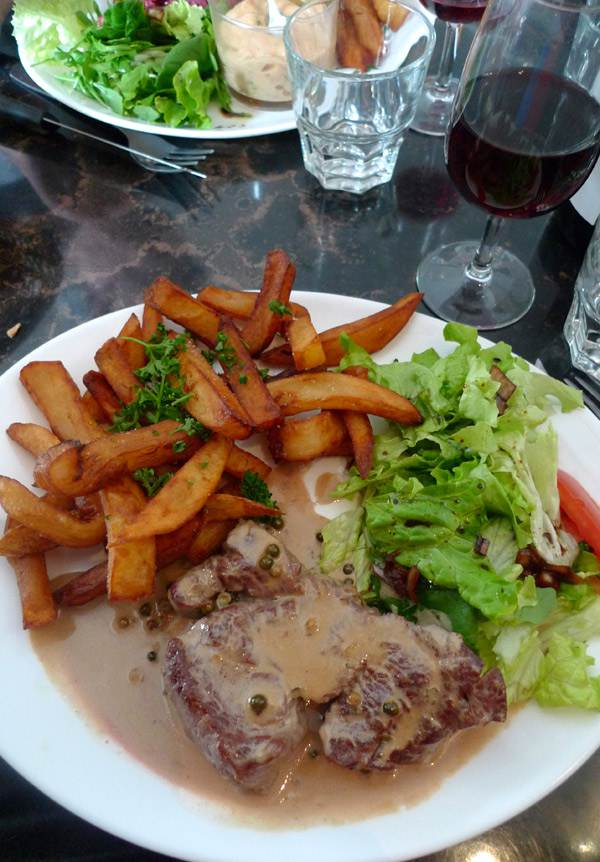 Restaurant Là-Haut, Le filet de boeuf sauce au poivre et frites maison