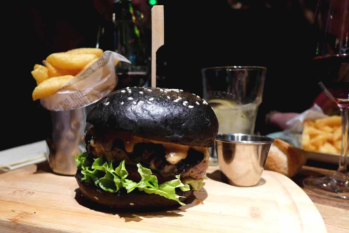 restaurant le Pub St Germain burger All Black
