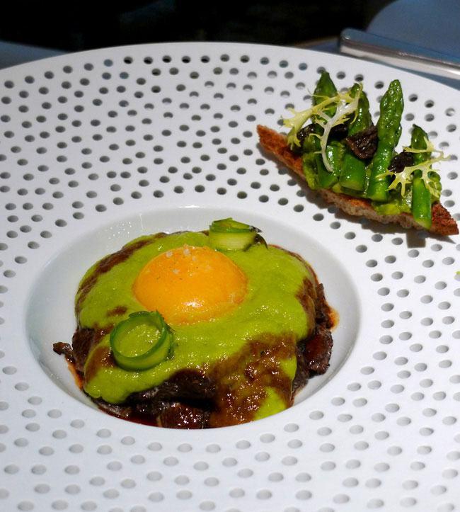 Restaurant La Scène : Œuf frais acidulé asperges et morilles