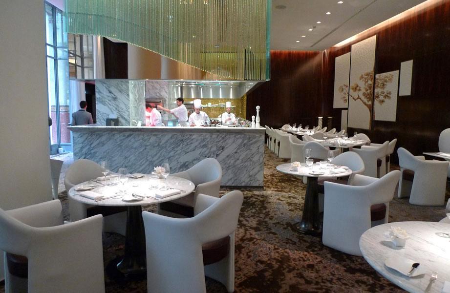 La salle du restaurant avec la cuisine centrale