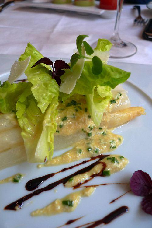 Restaurant Carte Blanche, L'asperge assaisonnée d'une vinaigrette à l'oeuf et tige de romaine croquante