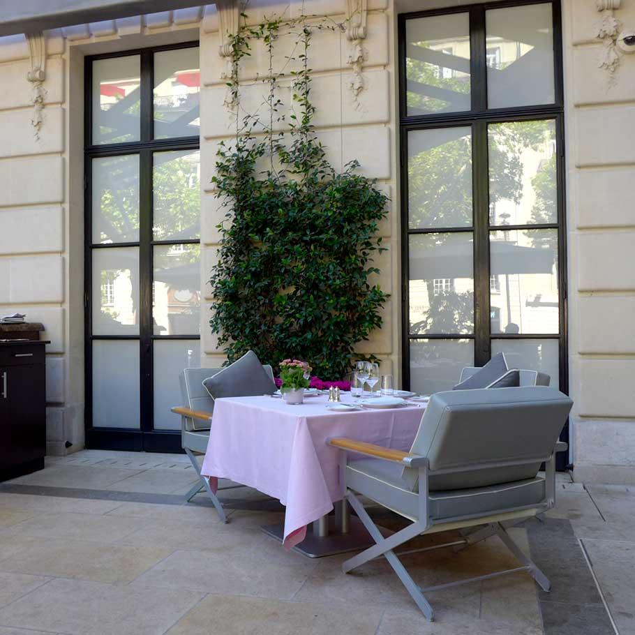 La terrasse et les fauteuils confortables