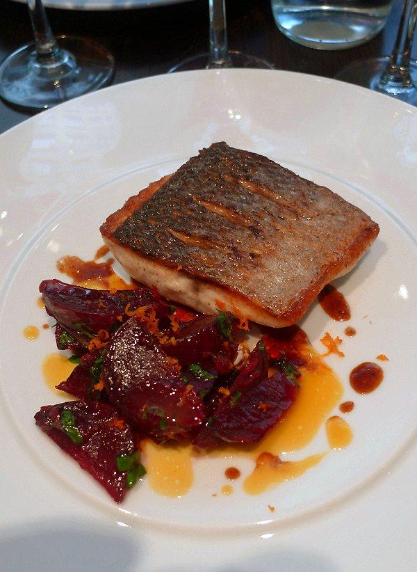 Restaurant L'Agrume, pavé de bar rôti aux betteraves rouges