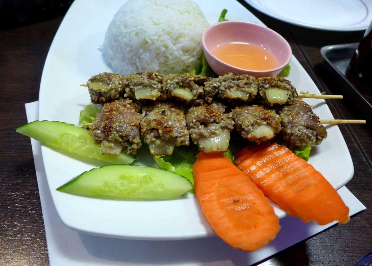 Restaurant Lao Douang Chan, Brochettes de bœuf et riz