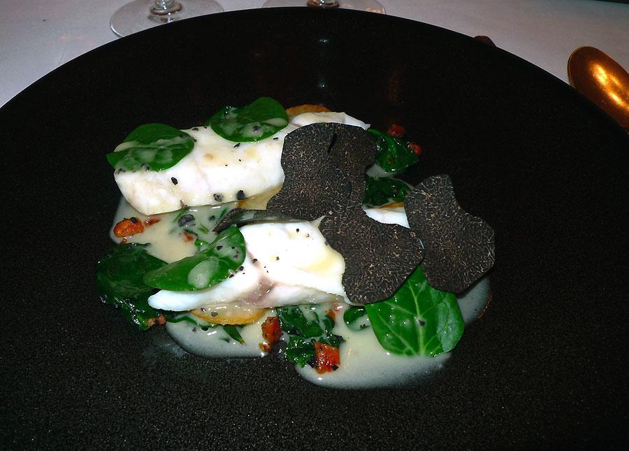 Restaurant Lasserre, bar de ligne cuit à plat avec pousses d'épinards