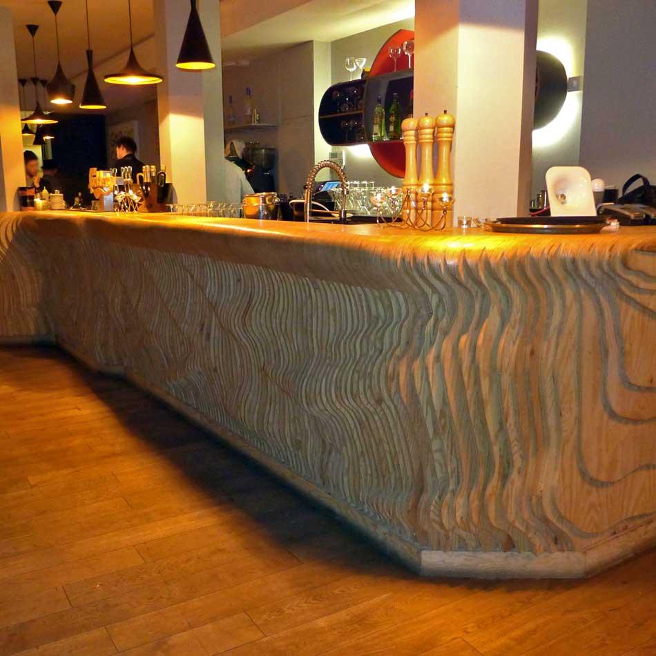 Le superbe comptoir en bois sculpté