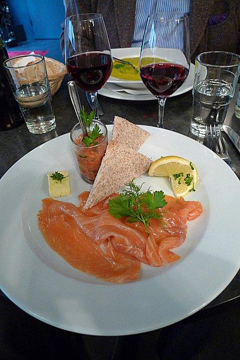 Restaurant Le 23 Clauzel, saumon fumé de Norvège avec sa verrine de tartare de tomates et pain grillé