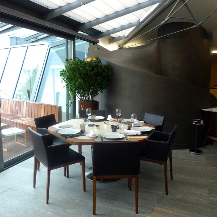 La salle du restaurant avec vue sur la terrasse