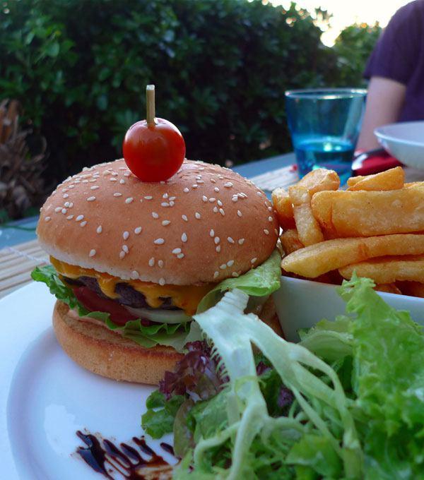 Restaurant Le 7th : Burger de bœuf avec frites et salades