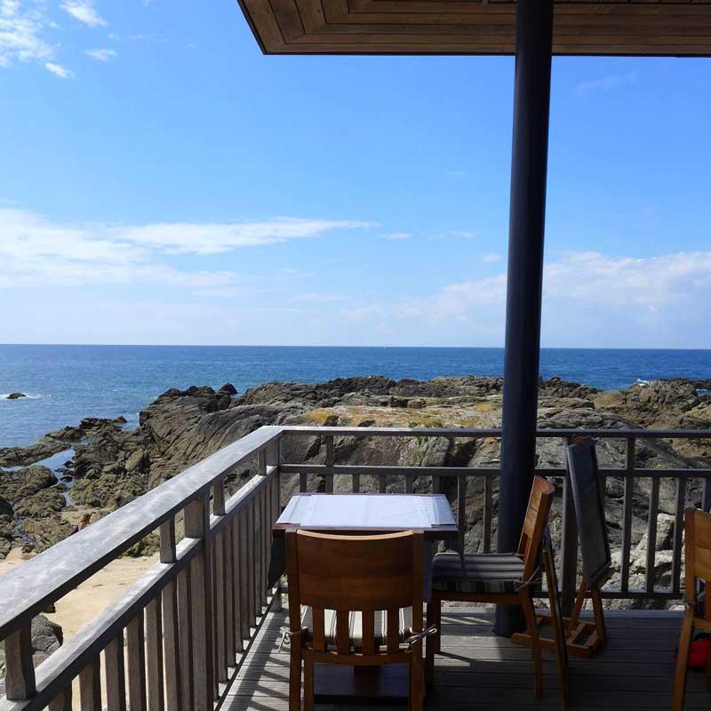 La terrasse avec vue sur l'océan