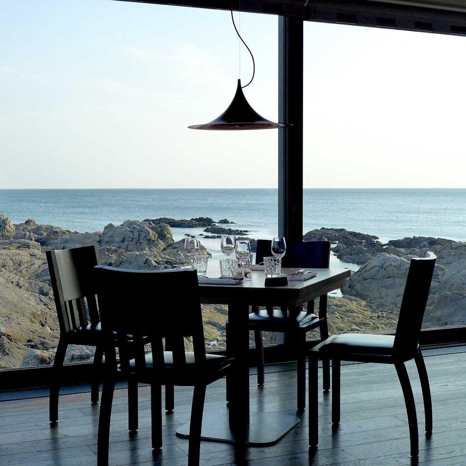 La salle avec vue sur l'océan