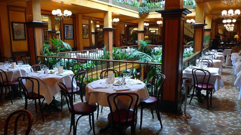 Café du Commerce, Les tables en loggia