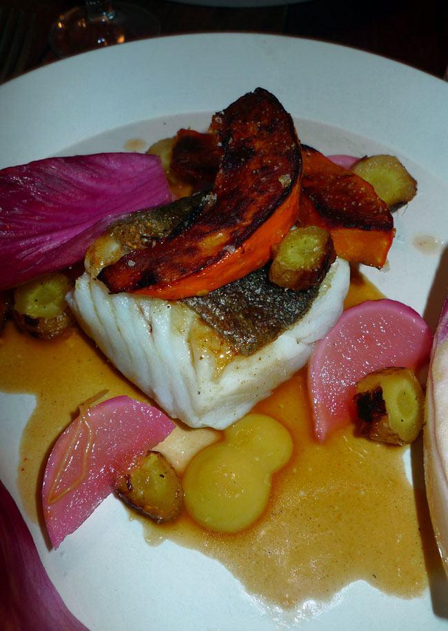 Restaurant Le Dauphin, lieu jaune avec potimarron carottes et navets