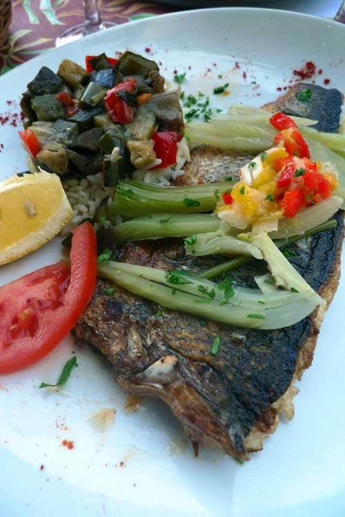 Restaurant Le Grand Bleu, Le bar au fenouil et ses petits légumes du jour
