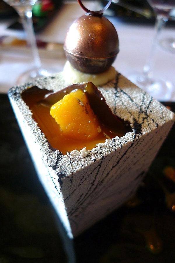 Restaurant Le Grand Véfour, cube Manjari avec mangue infusée