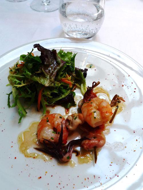Restaurant La Table du Huit, brochette de gambas et chipirons avec salade de légumes