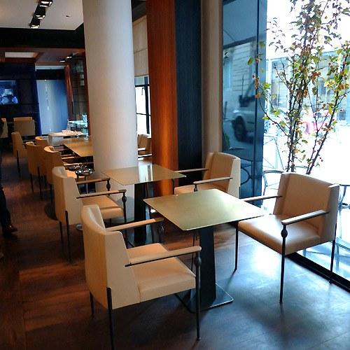 Restaurant Le Metropolitan, Élégance du mobilier et lumière du jour