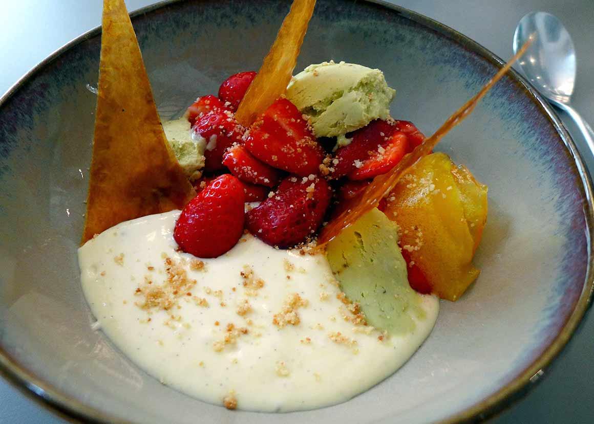 Restaurant Le 122, fraises Gariguette avec crème légère et glace pistache