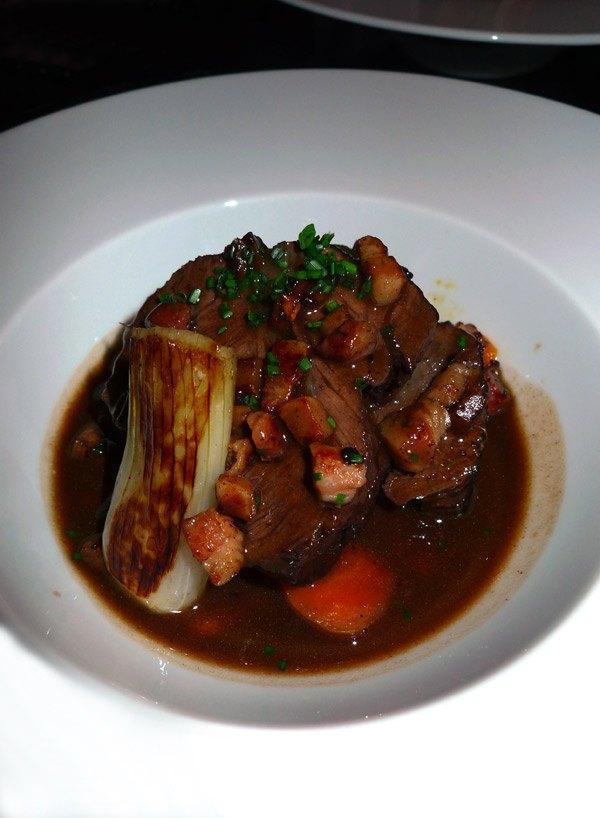 Bistrot Le Pantruche, joue de porc braisée au vin rouge et carottes