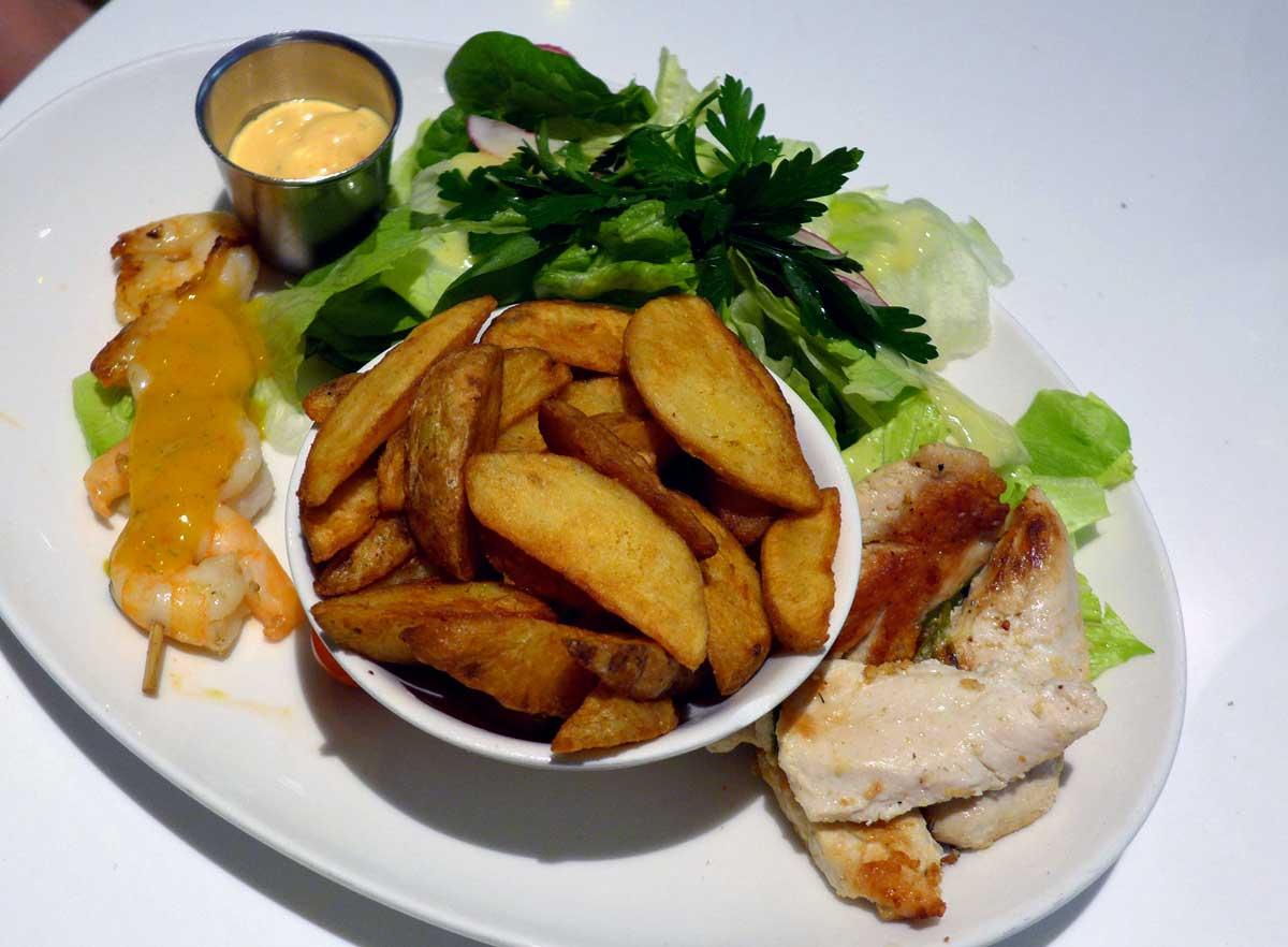 Restaurant LE PARADIS DU FRUIT : Assiette avec poulet au citron à la plancha, crevettes sautées