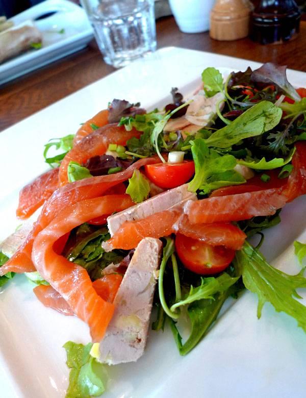 Restaurant Le Père Claude, Salade folle avec homard, saumon fumé, foie gras et mesclun