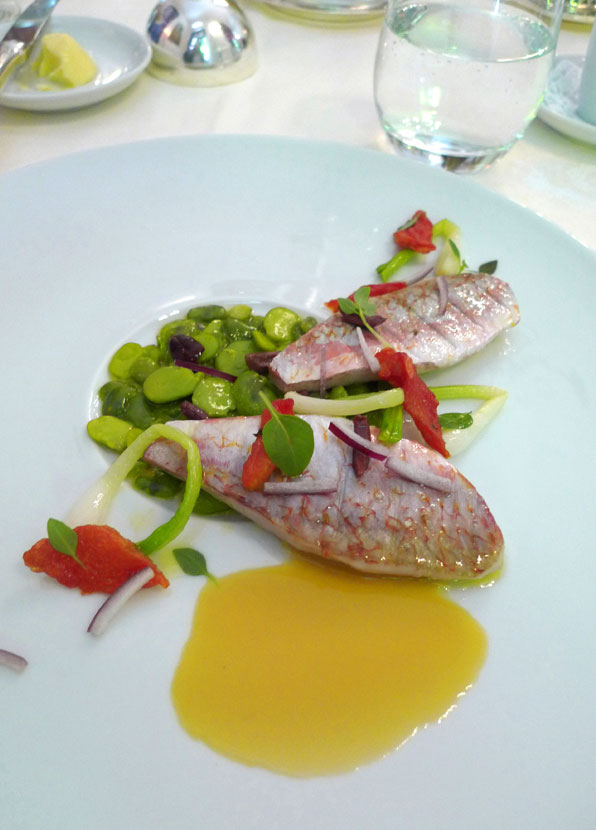 Restaurant Le Raphael, Petits rougets cuits au plat avec févettes