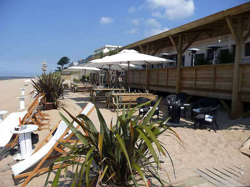 Les tables sur la plage avec vue sur l'Océan