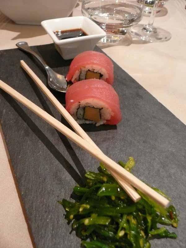 Restaurant du Marriott, maki de thon et foie gras avec une salade de wakame
