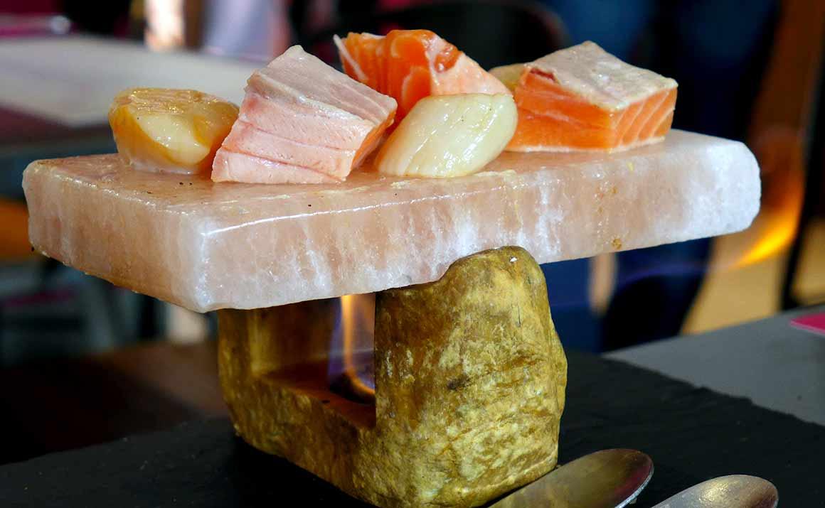 Restaurant Cook & Lab : Flambage du duo Saint-Jacques et saumon