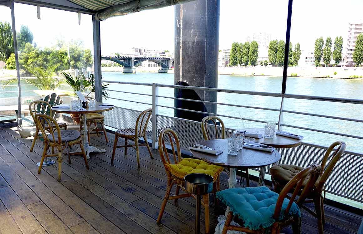 Tables avec vue sur la Seine