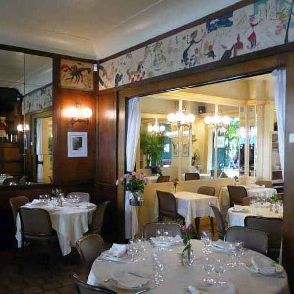 La salle du restaurant avec la fresque de l'histoire de Lily