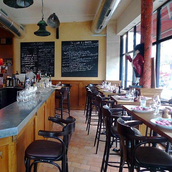 Restaurant L'Ogre, L'entrée avec le comptoir et les tables hautes
