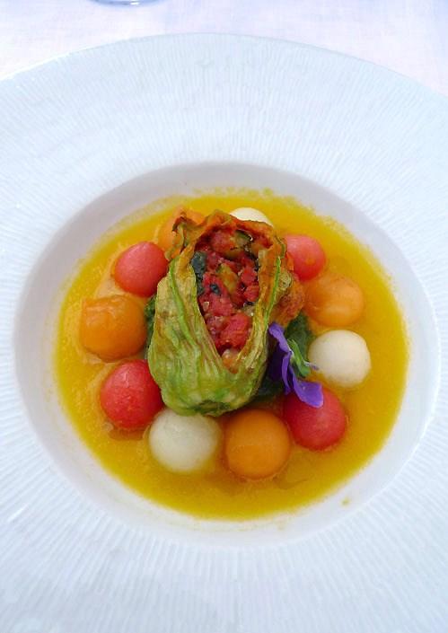 Restaurant Maison Blanche, melon multicolore crème prise de roquette et fleurs de courgettes