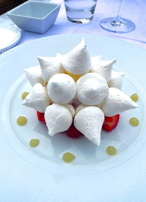 Restaurant Maison Blanche, Vacherin glacé à la fraise avec minestrone de fruits rouges