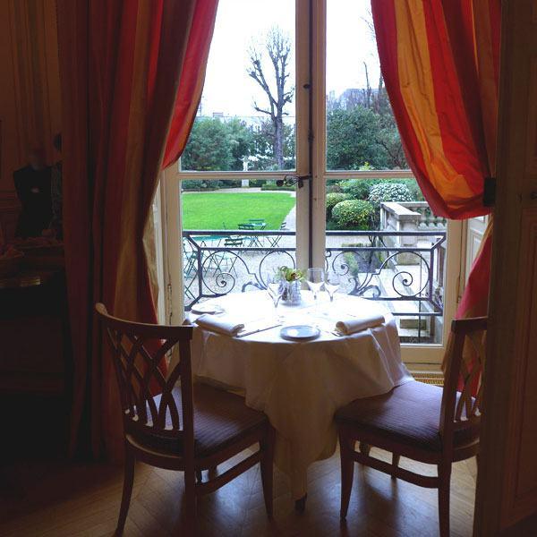 Table avec vue sur le jardin